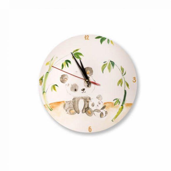 """Ρολόι ξύλινο επιτοίχιο χειροποίητο με θεματικό """"Αρκουδάκια Πάντα"""", ζωγραφισμένο στο χέρι από το Yapadapadou ! Διακοσμήστε το δωμάτιο του μικρού σας πλάσματος με ρολόγια ξύλινα φτιαγμένα από mdf και βαμμένα με ακρυλικές οικολογικές μπογιές! Μετατρέψτε τον χώρο του σε παραμύθι από την πιο μικρή λεπτομέρεια! Μια όμορφη αλλά και χρήσιμη πινελιά! Αποτελεί ένα τέλειο δώρο για νεογέννητα και τα παιδιά. Διαστάσεις: Διάμετρος 25 εκ"""